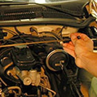 Механик перемещает рычаг переключения передач по всем передачам, чтобы закончить переключение